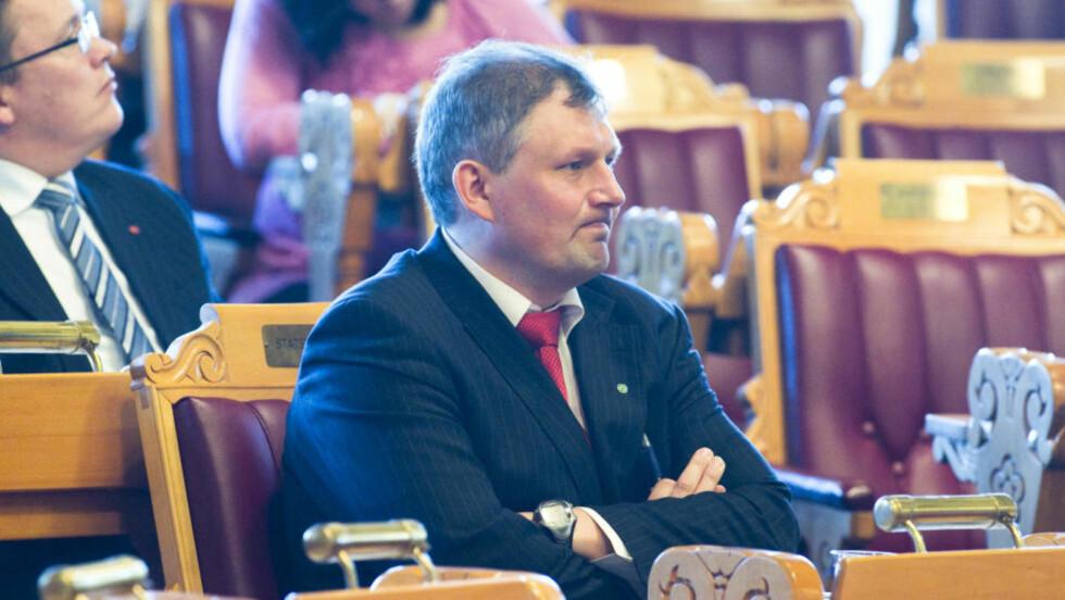 <strong> SITTER TRYGT:</strong>  Alle regjeringspartiene stiller seg bak olje- og energiminister Terje Riis-Johansen. Dermed er mistillitsforslaget fra opposisjonen kvalt i fødselen. FOTO: HEIKO JUNGE, SCANPIX.