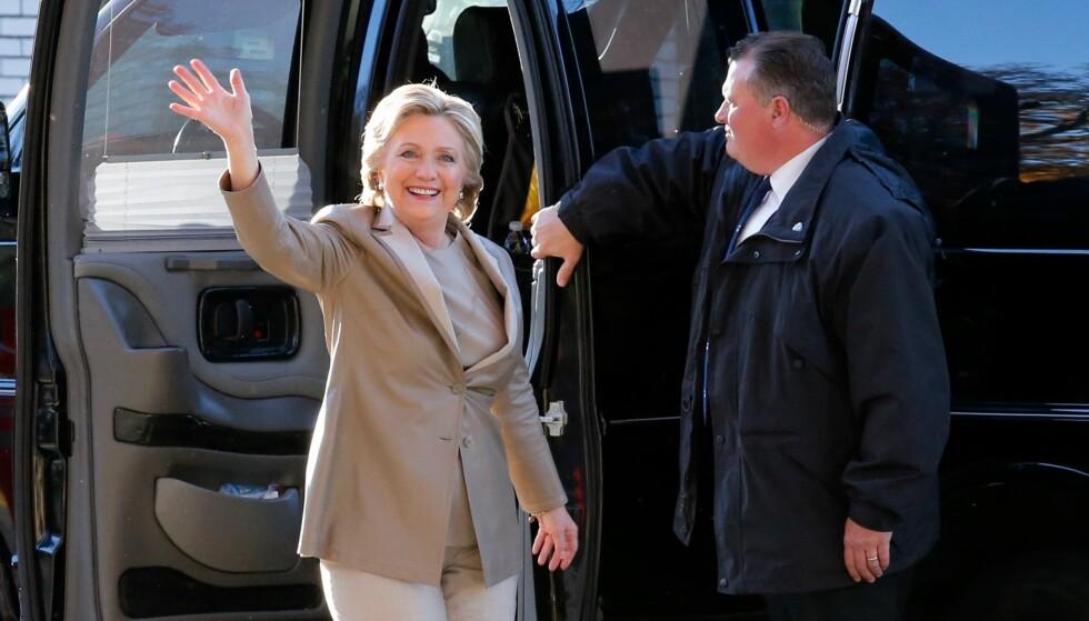 GLAD: En smilende Hillary Clinton møtte pressen tirsdag morgen. Tiden vil vise om også valgresultatet gir henne grunn til å smile. Foto: AFP PHOTO / EDUARDO MUNOZ ALVAREZ / NTB scanpix