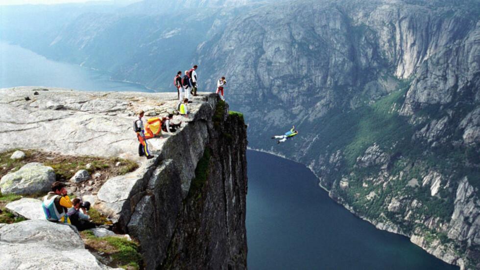 LYSEBOTN: Bildet er fra Kjerag i Lysebotn der fallet ned til lysefjorden er på 1000 meter. Området er svært populært for basehopping, paragliding og såkalt speedflying. Arkivfoto: Thomas Bjørnflaten / SCANPIX
