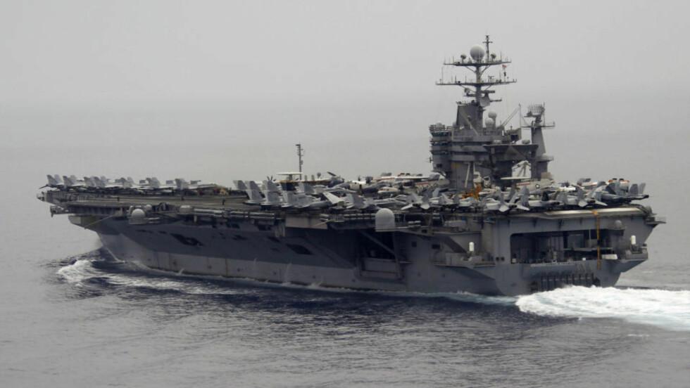 - PÅ VEI MOT PERSIAGULFEN: Det atomdrevne hangarskipet USS Harry S. Truman skal være på vei til Persiagulfen sammen med 10 andre amerikanske og minst ett israelsk krigsskip. Bildet viser skipet på en hemmelig posisjon i Middelhavet sør for Sicilia i Italia 14. juni i år. Foto: AFP PHOTO POOL / FABRIZIO BENSCH / SCANPIX