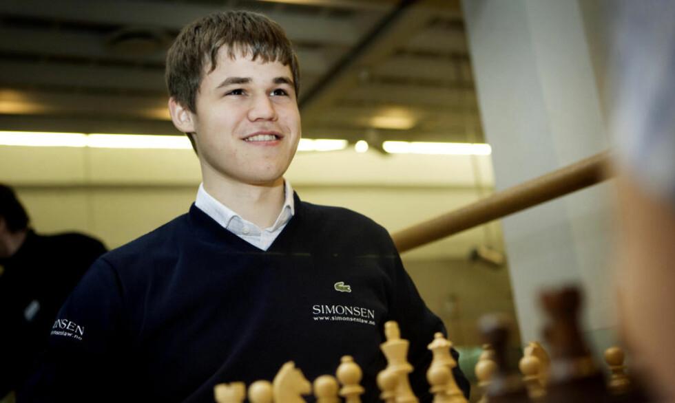SMILER LURT: Magnus Carlsen har all grunn til å smile om dagen. 19-åringen har tre seire på rad i tidenes sterkeste sjakkturnering i Romania og har sjokkert sjakkverdenen med sitt dristige spill samtidig. Foto: Scanpix