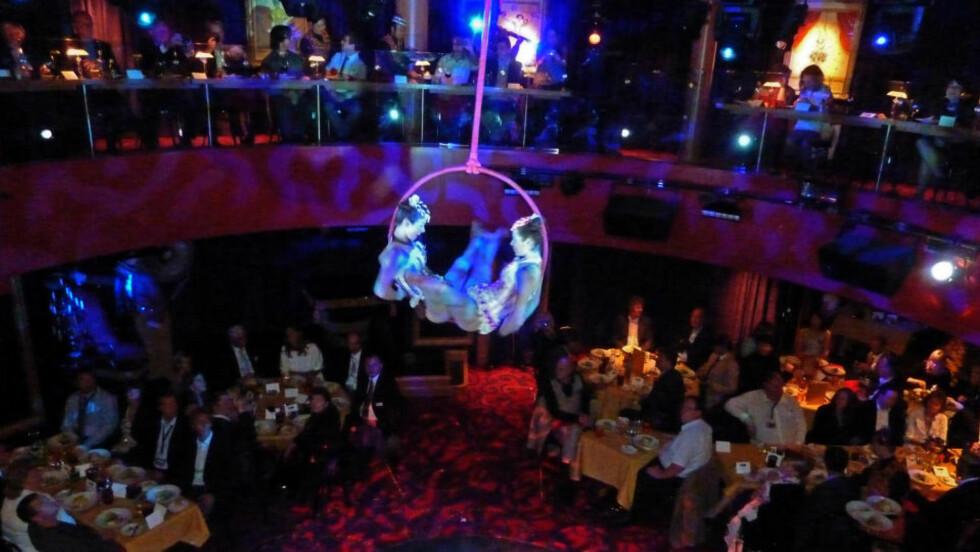 <strong>GRASIØST:</strong> De to sirkusartistene trives tilsynelatende der de henger høyt over forbløffede middagsgjester. Alle foto: Eivind Pedersen