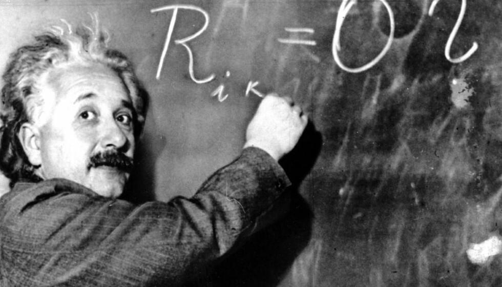 GENI: Mannen bak relativitetsteorien, Albert Einstein, besøkte Norge én gang, for 90 år siden. Toneangivende norske forskere foreslo å tilby ham et professorat i Norge, Einstein var ikke uvillig til å tenke tanken, men til slutt viste det seg ikke å være penger i statskassa til en slik ekstrabevilgning. Arkivfoto: AP
