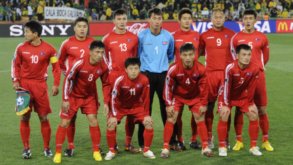 PÅ VEI HJEM: I dag spiller det nordkoreanske fotballandslaget sin siste kamp i VM. Ikke siden 1966 har vi fått møte dette landslaget. Snarere enn å straffe regimet i landet, bør vi støtte menneskene og skape så mye dialog med befolkningen som mulig, mener kronikkforfatteren. Foto: AFP/Scanpix