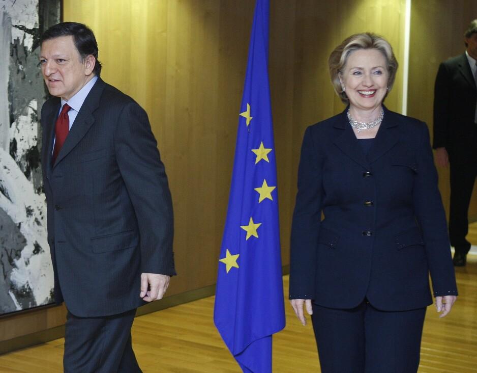 VELKOMMEN I EU: Daværende utenriksminister i USA, Hillary Clinton, ønskes velkommen til EU av presidenten i EU-kommisjonen, José Manuel Barroso, i mars 2009. Foto: REUTERS / NTB Scanpix / Yves Herman