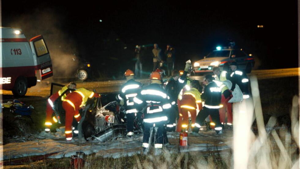DRAMATISK: Ulykken fra 7. desember i 1999 ble slått stort opp i nasjonale medier. Politiet ble gransket etter at de satte opp en politisperring for å stoppe fyllekjøreren i Søgne. Sperringen var delaktig i at sjåføren kjørte inn i flere uskyldige bilister som ikke kom seg forbi sperringene. Foto: Kjell Inge Søreide