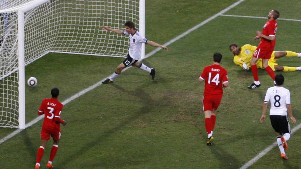 UNG VS. GAMMEL: Thomas Müller (20) og Mesut Özil (21) latterliggjør Ashley Cole (29), Gareth Barry (29) , Matt Upson (31) og David James (39). Foto: AP
