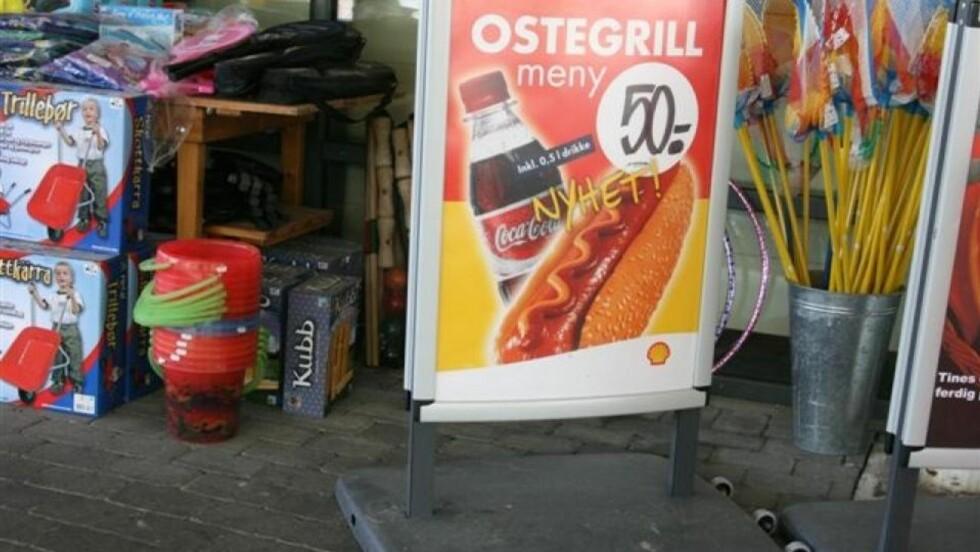 MØTT AV PØLSER, IS OG BURGER: Få bensinstasjoner har barnemenyer, og barn på reise blir møtt med kampanjer for usunne og fete matvarer, viser en undersøkelse gjort av Forbrukerrådet. Foto: Forbrukerrådet