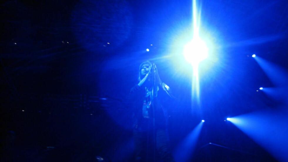 MØRKT: Julian Casablancas spilte på en nesten mørklagt scene på Hovefestivalen. FOTO: Eivind Kristensen