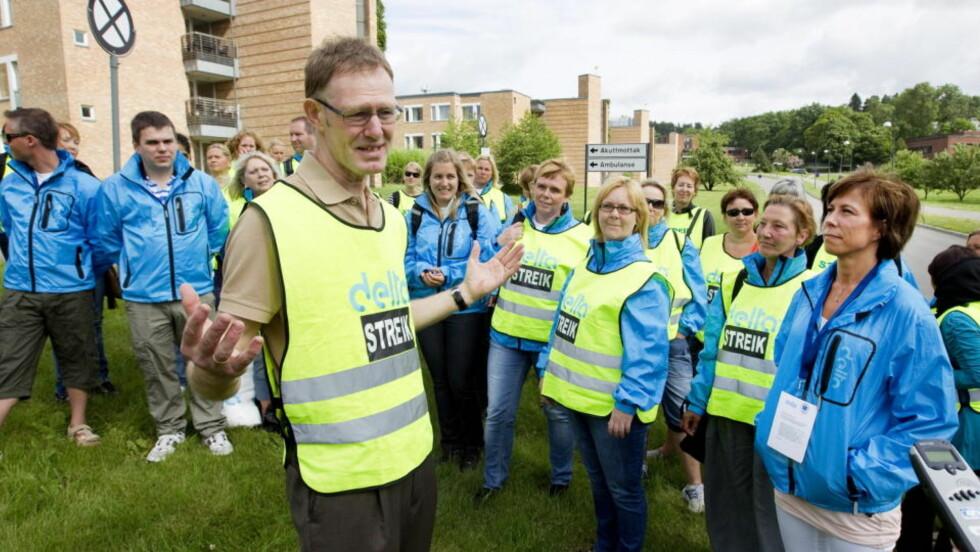 KAN BLI LANGVARIG:  YS-leder Tore Eugen Kvalheim og Delta-streikeleder Nina Bøe (t.h) møtte streikende medlemmer utenfor Rikshospitalet i ettermiddag. Denne situasjonen kan bli langvarig, tror ledelsen i YS-forbundet Delta. FOTO: GORM KALLESTAD, SCANPIX.