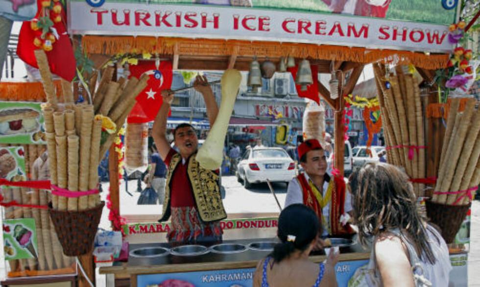 SPACIAL: Iskrem i Tyrkia er ikke som i Norge. Selgerne bruker både bjelleklang, utrop og fremvisning av varen for å kapre kunder.