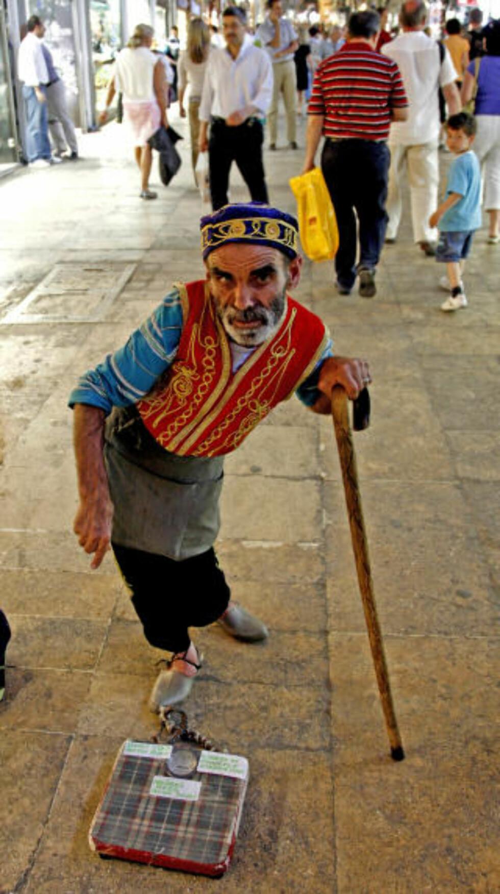 LEVEBRØD: Denne halvblinde mannen har skapt sin egen arbeidsplass i en av de travleste gangene i Grand Bazaar - det koster 50 øre å veie segpå badevekta hans - og 20 kroner å ta bilde!