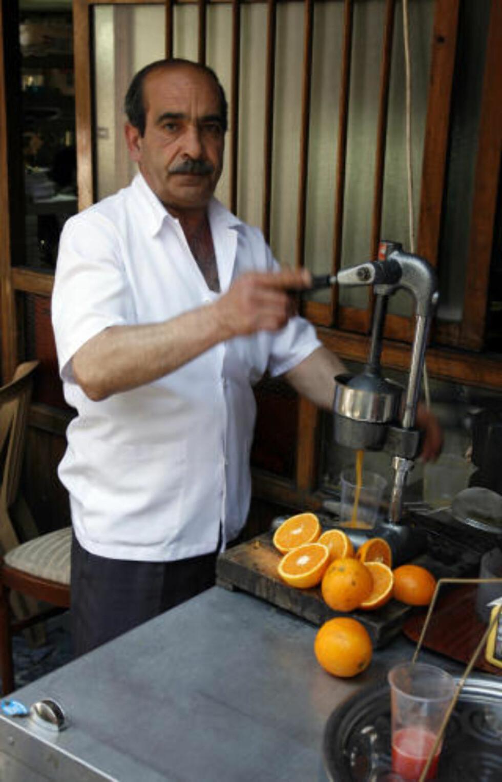DEILIG: Å drikke presset juice fra kalde appelsiner er noe av det deiligste du kan drikke etter en lang dag i varme Istanbul.