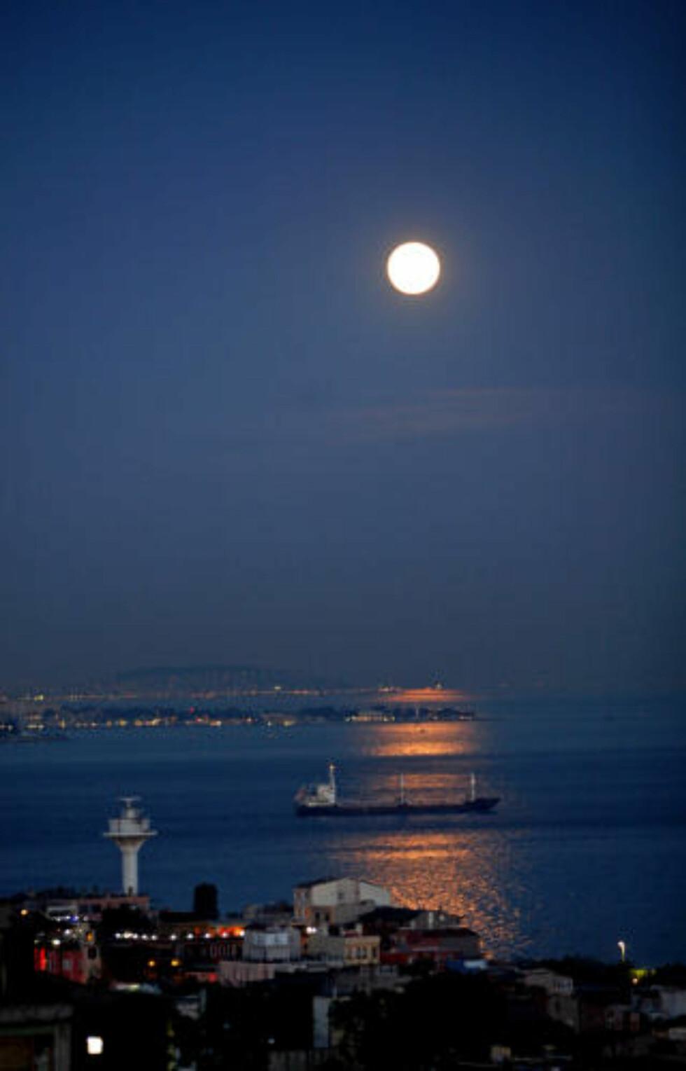 TO VERDENER: To verdensdeler og fullmånen skaper stemning i Borporosstredet.