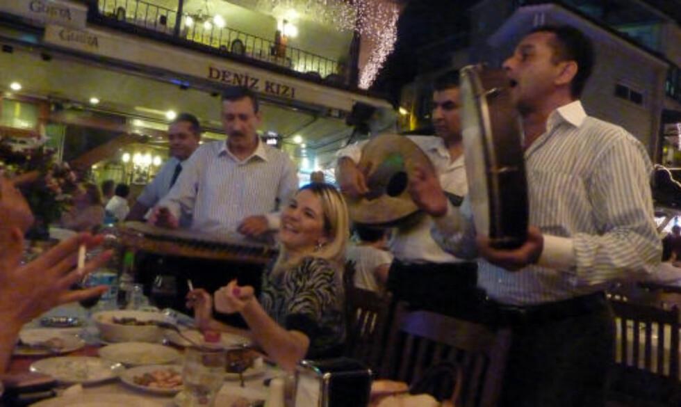 FULL MUSIKK: Det underholdes ved bordene på uterestauranter. Mange steder tilbys tradisjonell tyrkisk folkemusikk.