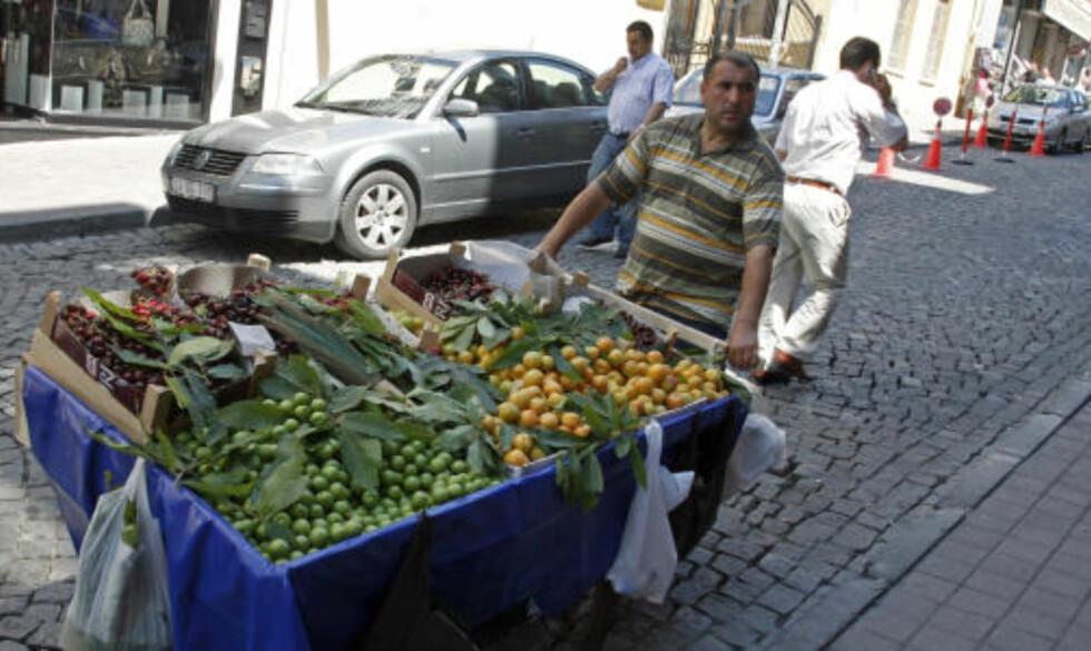 RULLENDE: I Istanbuls gater er det aldri langt mellom håndkjerrene til kremmere som selger både frukt og grønt.