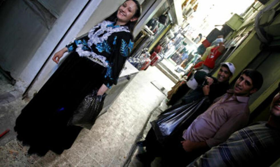 KJOLEFIN: Tyrkiske Adora har bodd i Finland i hele sitt liv. Vi møtte henne på handletur der hun skulle kle seg opp. Ikke rart at gutta gliser!