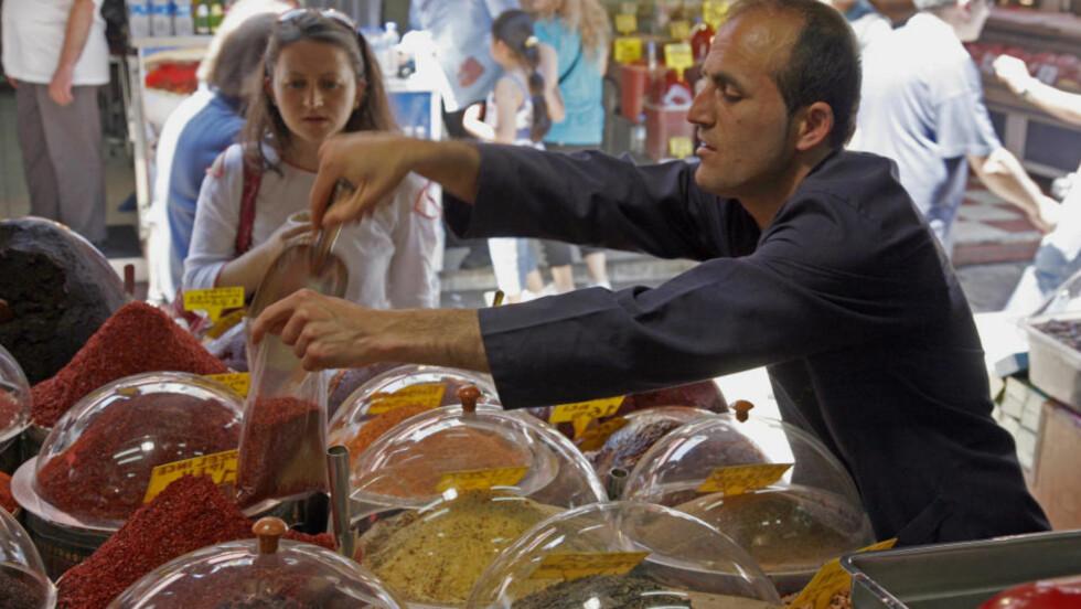 EGEN RESEPT: Krydderkremmeren Hasan Erdem i krydderbasaren i Istanbul har sin helt spesielle oppskrift på sitt deilige blandingskrydder. Alle foto: Eivind Pedersen