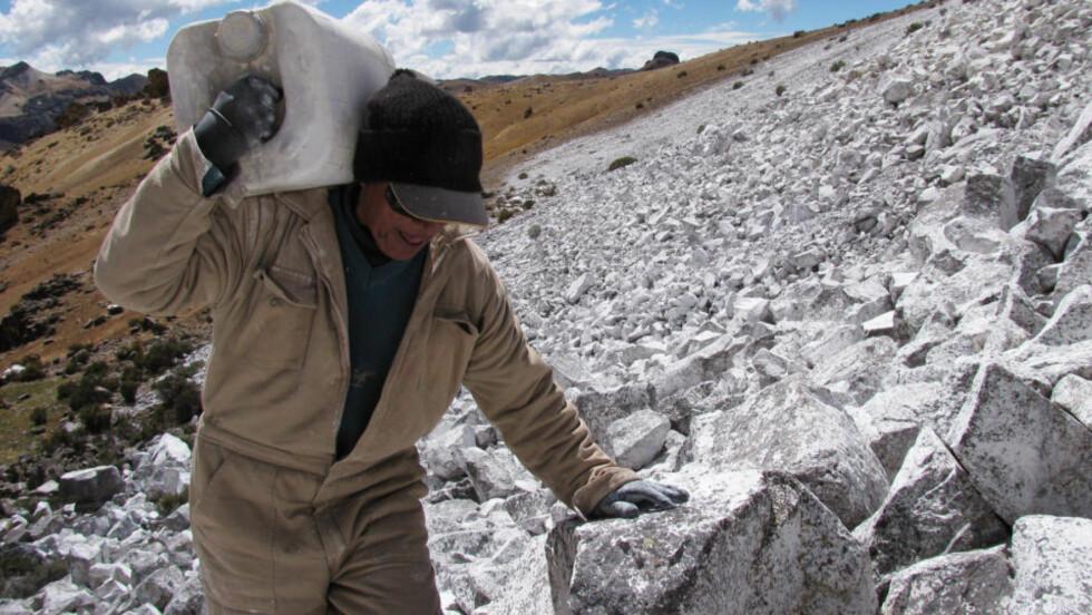 <strong>HVITMALER FORSVUNNET BRE:</strong> Isbreen Chalon Sombrero i Andesfjellene i Peru er borte. Ved å dekke et stort område ved hvitfarge håper oppfinner Eduardo Gold at temperaturen kan senkes nok til at breen på ny kan legge seg. Mange er imidlertid svært skeptisk til om prosjektet kan lykkes. Foto: AFP PHOTO / DAN COLLYNS