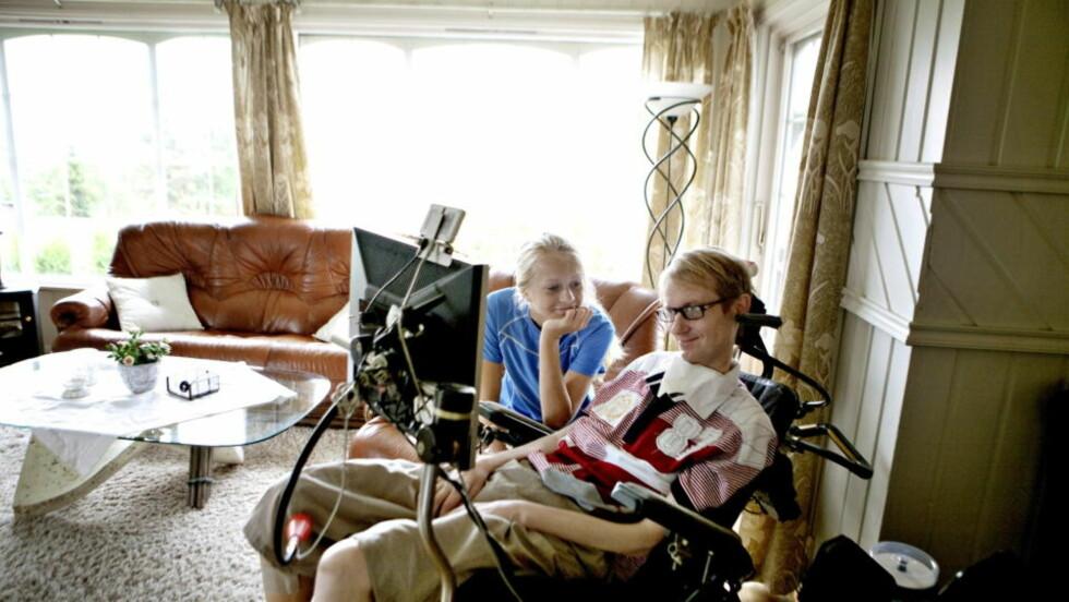 KJEMPER PÅ NYTT: Eivind Markhus er lenket til rullestol etter å ha blitt bitt av flått. Her med datteren Camilla. Nå vil han kjempe på nytt mor staten i retten for å få erstatning. Foto: Torbjørn Grønning / Dagbladet