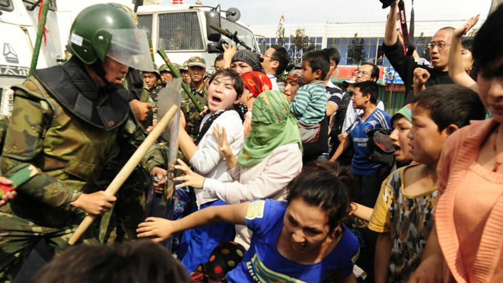 KONFLIKT I KINA FÅR RINGVIRKNINGER I NORGE: Den 39-årige uigurske mannen skal ha hatt tettest kontakt med al-Qaida. Her fra et sammensøtt mellom kinesisk politi og den muslimske minoriteten i Urumqi i Xinjiang-provinsen i Kina. Det siste tiåret har 200 blitt drept og rundt 1700 skadd i den etniske uroen i Kina, ifølge myndighetene. Foto: AFP PHOTO/SCANPIX