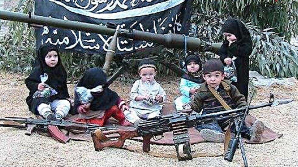 <strong>USBEKISK PR-SUKSESS:</strong> Islamic Jihad Union (IJU) er navnet på den mest synlige sentral-asiatiske terrororganisasjonen i dag. Den usbekiske gruppen med medlemmer fra mange ulike nasjonaliteter har hatt kontakt med al-Qaida, trent i Wazirsistan og deltatt i planlegging av terror på tysk jord. Den mulige norske cellen som ble avslørt i forrige uke ligner en IJU-celle. Bildet som dette har skaffet IJU oppmerksomhet i media. Det ble offentliggjort i fjor. Foto: AFP/SITE Intelligence Group