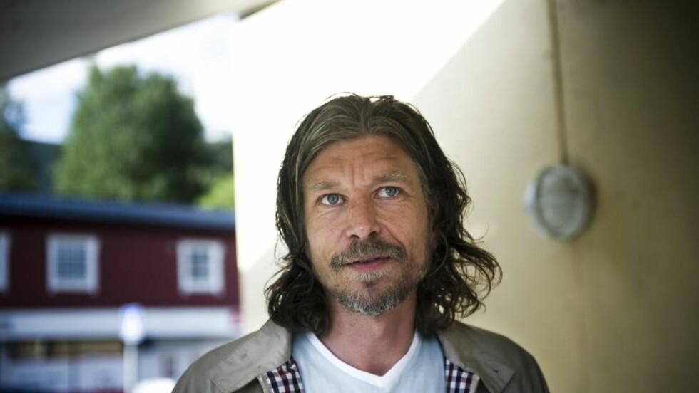 SELGER LOKALT: Både i Kristiansand og i Arendal, begge Karl Ove Knausgårds gamle hjemtrakter, selger forfatteren drøssevis med bøker. Foto: Håkon Eikesdal