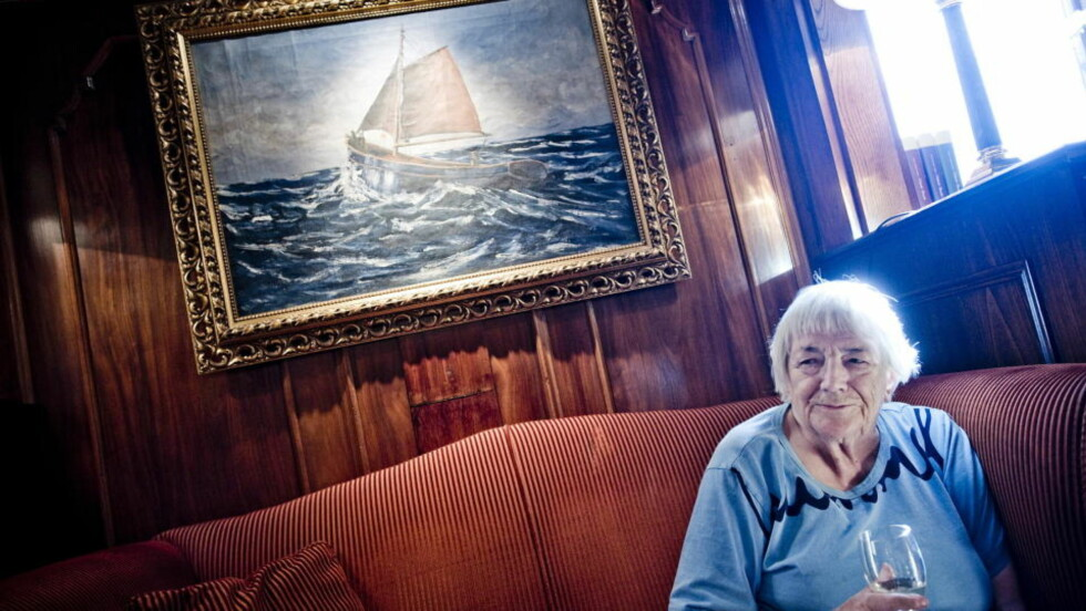 RETT HYLLE: Det tok tid før Margit Sandemo fant ut hva hun var best til. Hun hadde blant annet vært billedkunstner, da hun som 40-åring oppdaget at hun kunne skrive. Dermed kom fortellingene som et ras. Den produktive forfatteren nøyer seg imidlertid med én bok om sitt liv. Foto: Thomas Rasmus Skaug / DAGBLADET