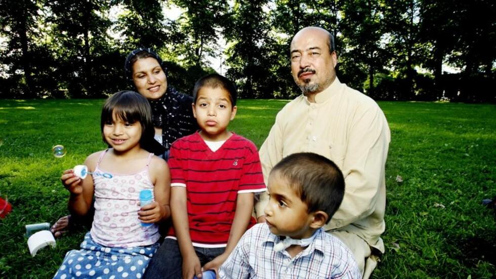 FAMILIEKOS: Bokhandleren i Kabul, Shah Mohammad Rais, og kona Suraia Rais koste seg i går i Frognerparken med barna Mitra (f.v)., Timor og Jalal. Foto: Kristin Svorte.