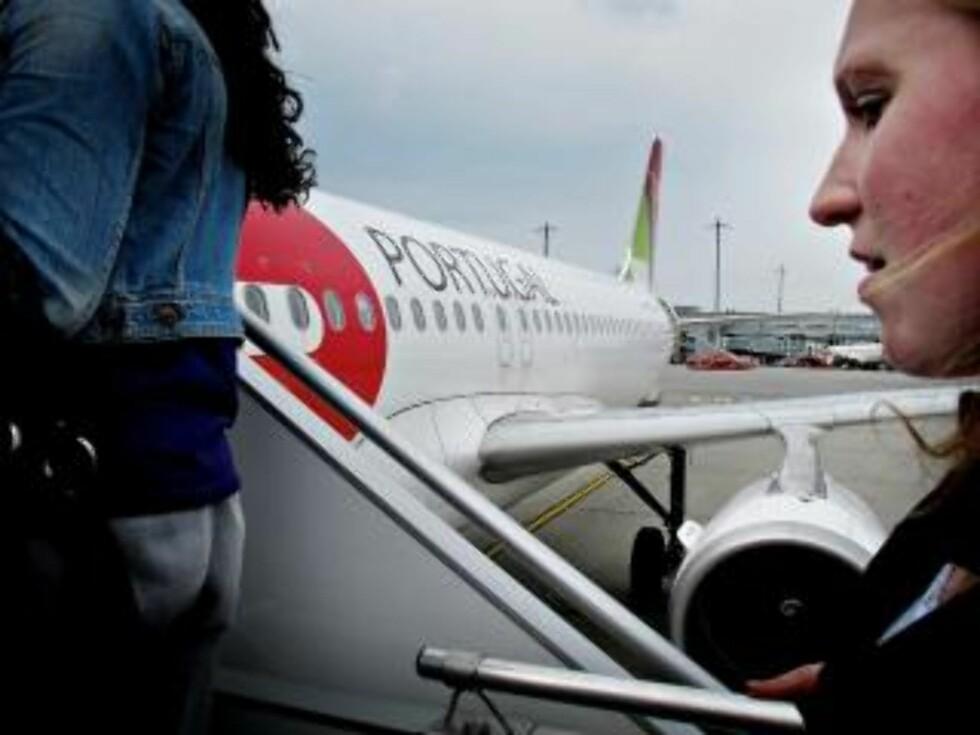 GÅR OM BORD: Camilla er på vei om bord i flyet som skal frakte henne til Portugal og sønnen. FOTO: JON TERJE HELLGREN HANSEN