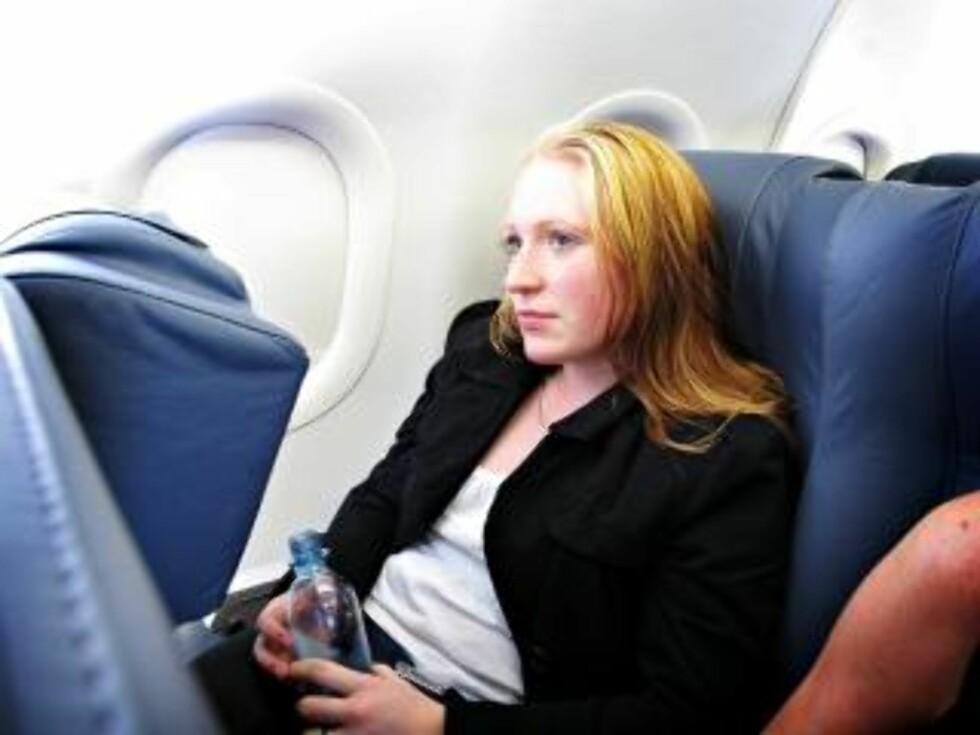 PÅ FLYET: Flyturen tar rundt fem timer. Forsinkelsene denne dagen gjør turen enda lenger for Camilla. FOTO: JON TERJE HELLGREN HANSEN