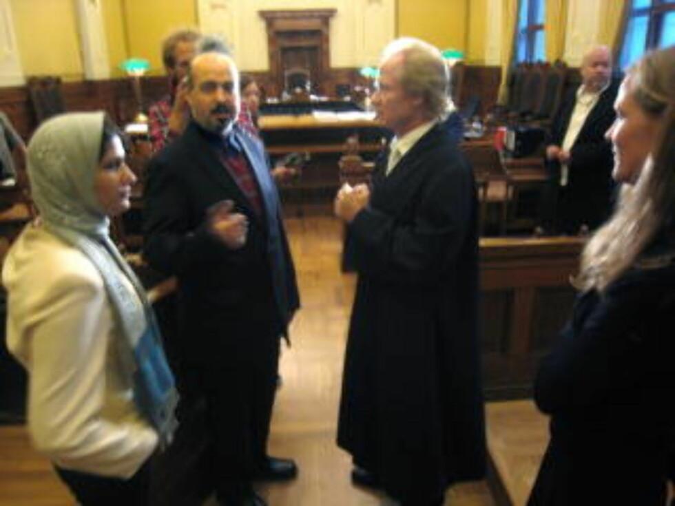 I RETTEN: Suraia Rais (f.v.), Shah Mohammad Rais, Per Danielsen og Åsne Seierstad under et møte i retten i 2009. Foto: Eivind Kristensen