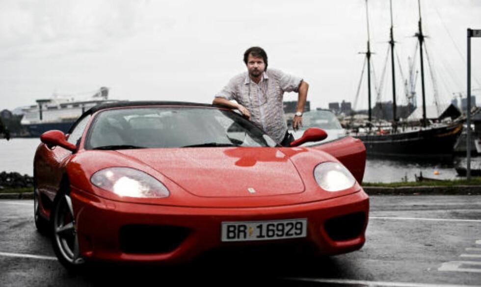 GUTTEDRØMMEN: Tom Egeland har drømt om en Ferrari siden han var liten gutt. For sju år siden kjøpte han sin første. Denne er noen år gammel, og kostet 1,5 millioner. Foto: Håkon Eikesdal