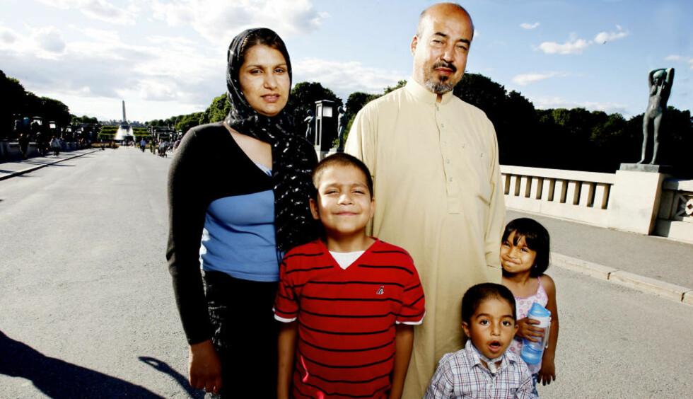 SER MOT EUROPA: Suraya Rais og Shah Muhammad Rais, her med barna f. v. Timor, Jalal og Mitra Rais, kan ende opp med å gå til sak også mot de utenlandske forlagene til «Bokhandleren i Kabul». Foto Kristin Svorte.