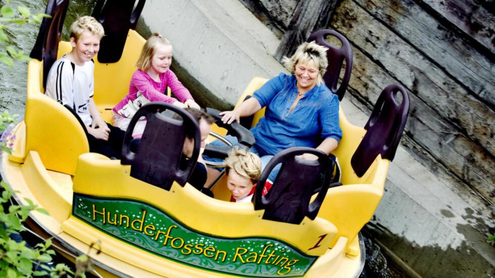HERLIG GØY:  Thomas (13) Sondre (10), Oda (5) og foreldrene deres Stig Erik og Irene Sølberg Hoel koser seg i raftingflåtene i parken.    Foto: Elisabeth Sperre Alnes/Dagbladet