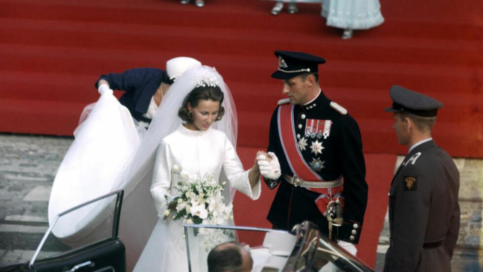 BRYLLUPET: Kronprins Harald og kronprinsesse Sonja på vei ut fra Oslo domkirke etter vielsen i 1968. De to var kjærester i ni år før de fikk kong Olav og regjeringens nølende aksept for å gifte seg. Foto: AKTUELL/SCANPIX