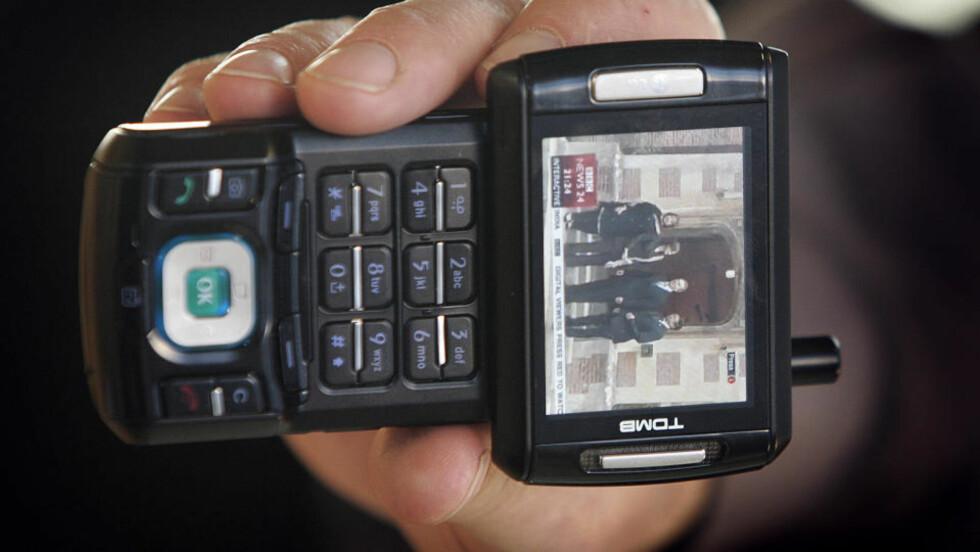 TV PÅ MOBIL:  Allerede i 2006 lanserte NRK mobilløsninger med tv - her fra en presentasjon på Tyholt med med en BBC-sending i ruta. ARKIVFOTO: GORM KALLESTAD, SCANPIX.