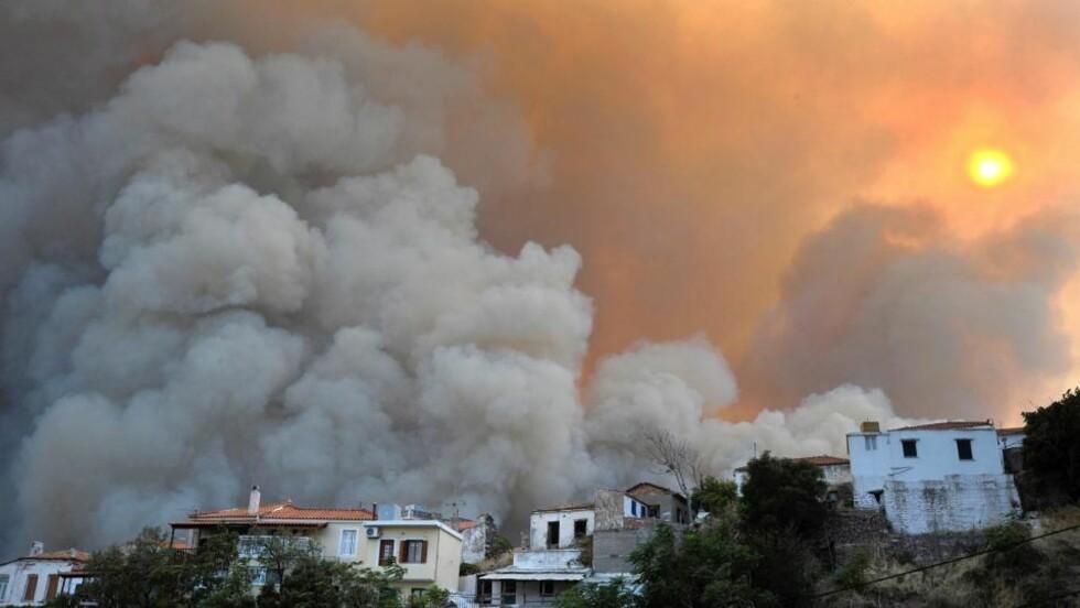RØYK: Røyken la seg tett over landsbyen Maratokampo på Samos. Foto: EPA/Michael Anhaeuser/Scanpix