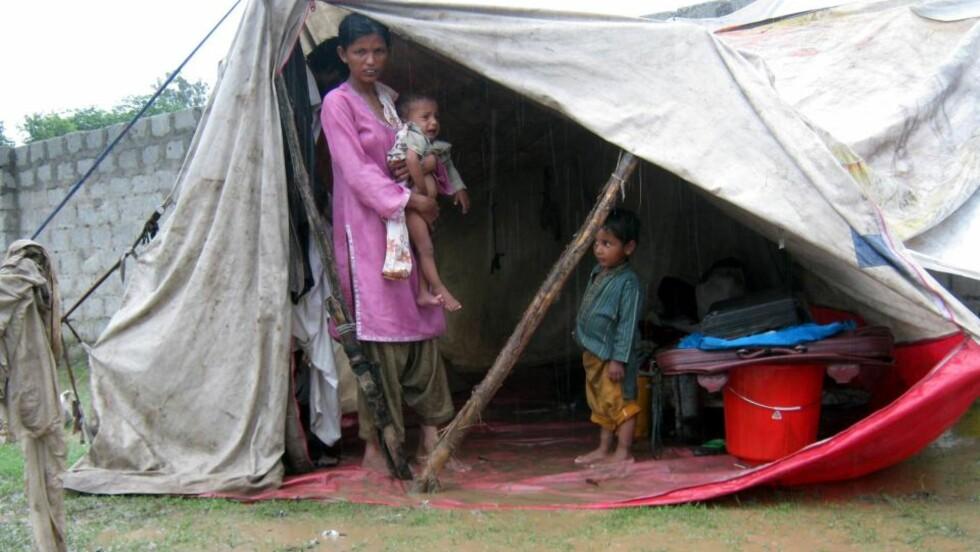 <strong>BOR I LEIRER:</strong>  Mange flomofre bor i midlertidige teltleirer. Foto: EPA/NASIRUDDIN MUGHAL