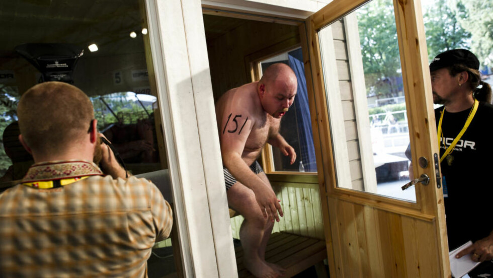 UT ETTER 44 SEKUNDER:  Martin Bergesen deltok i sauna-VM for å skriver om det i Magasinet. Her kommer han ut, ettter 44 sekunder. Foto: Håkon Eikesdal