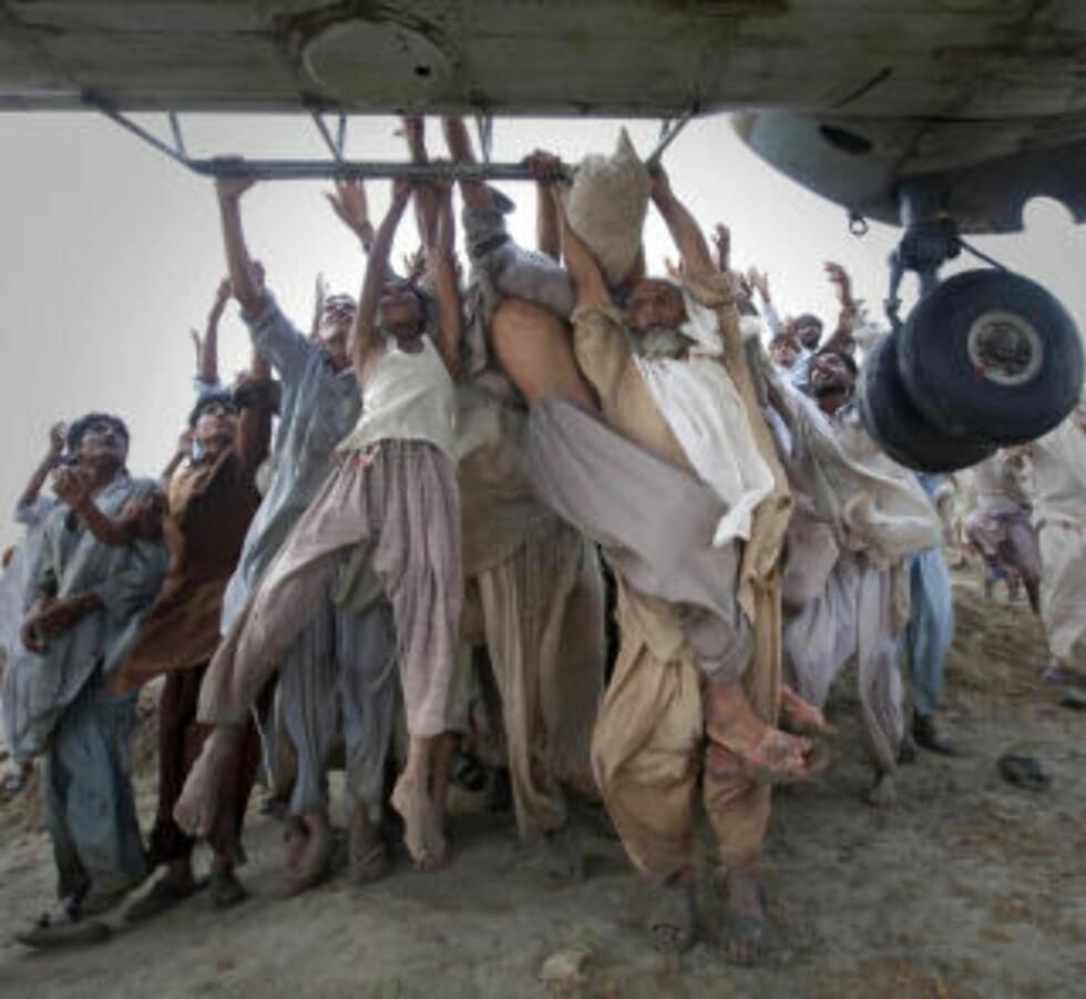 <strong>FLOMOFRE:</strong> Flomofre forsøker desperat å komme seg ut av kriseområdene i Pakistan. Foto: REUTERS/Adrees Latif
