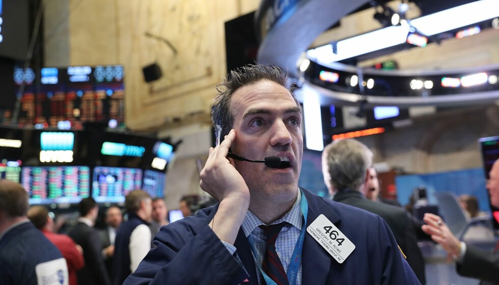 FRYKT: - Hvis Trump vinner så vil man se veldig store svingninger og frykt, sier økonom Olav Chen. Her ser man en aksjemegler i New York-børsen, som er verdens største aksjemarked, beliggende på Wall Street i New York. Foto: Spencer Platt/Getty Image/AFP/NTB Scanpix