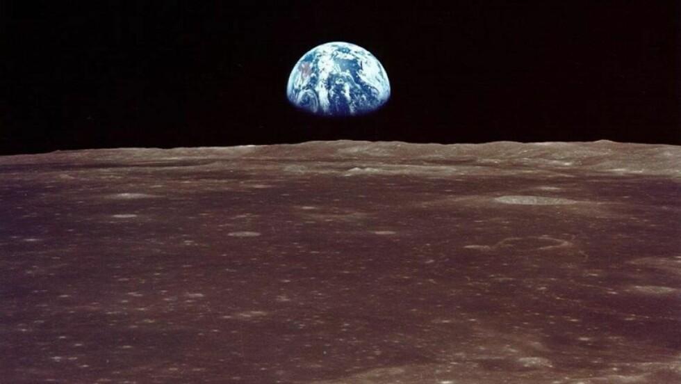 <strong>ENDRES:</strong> Gjennomsnittstemperaturen på Jorda øker. Det kan gi kraftoverskudd og billigere strøm i Norge, hevder en ny rapport fra Institutt for energiteknikk (IFE). Dette bildet av en jordoppgang ble tatt av Apollo 11-astronautene, de første til å sette fot på månen. Foto: NASA/SCANPIX