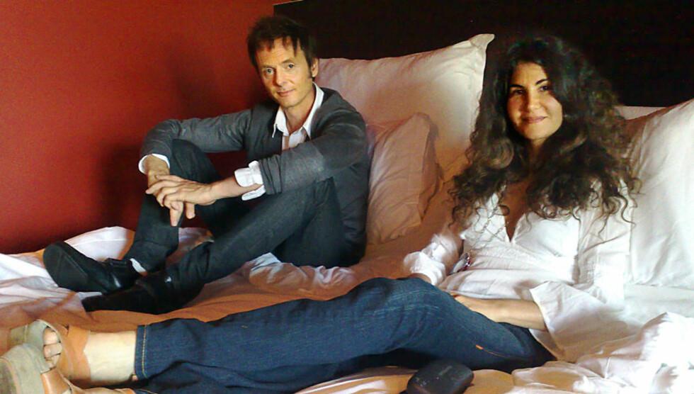 SETT BILDET FØR:  Ekteparet Lauren og Paul Waaktaar-Savoy gjør en John Lennon og Yoko Ono og møter Dagbladet i senga. Foto: Anders Grønneberg