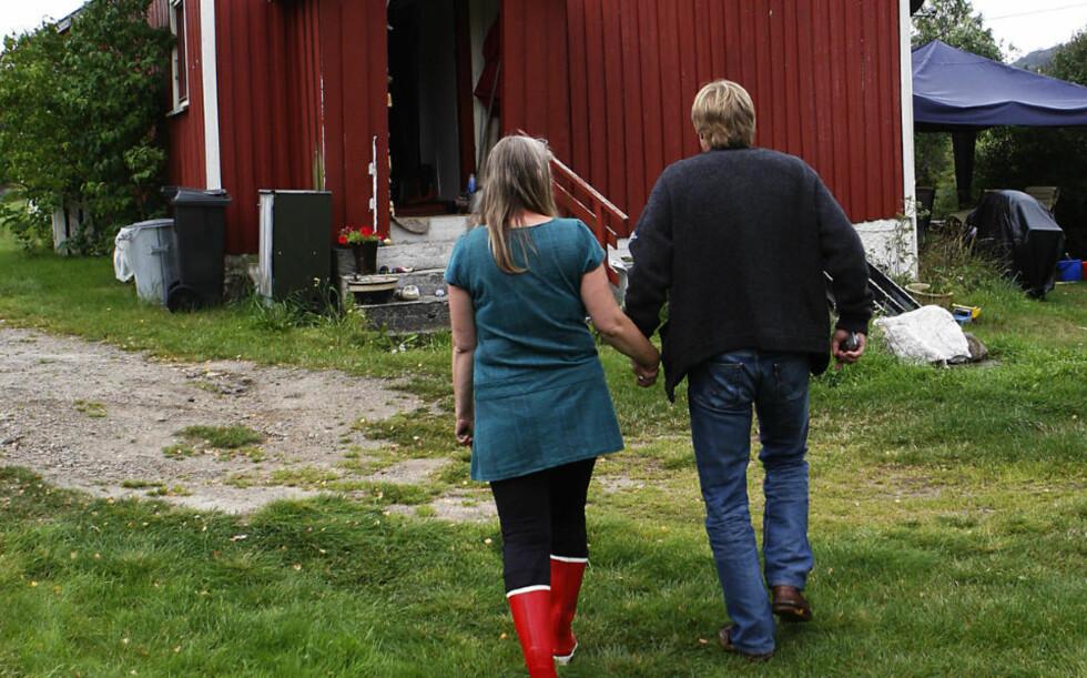 SKJELVNE: Den 47-årige barnefaren og hans 46-årige samboer hjemme foran gårdshuset i Åmli, der ei gruppe menn i natt tok seg inn og bortførte 47-åringens tenåringsdøtre, etter å ha angrepet ham med øks. Foto: ERLING HÆGELAND/DAGBLADET