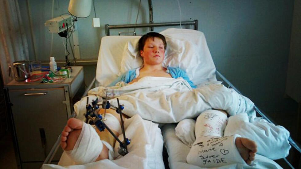 PÅ SYKEHUS: Kristoffer lå på sykehus i tre uker etter ulykka i sommer.   Foto: Privat