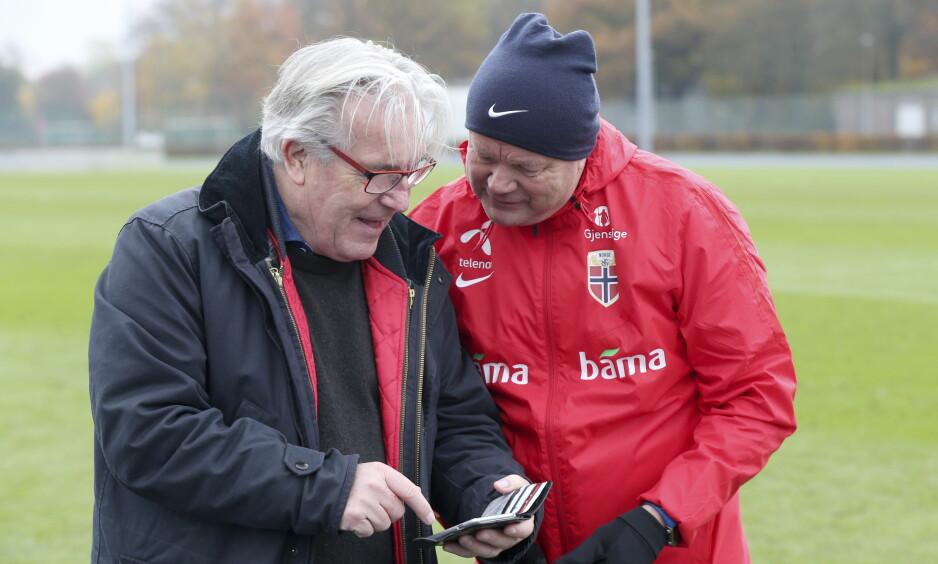 PASSIAR: Davy Wathne og Per-Mathias Høgmo slår av en prat etter landslagets trening i Berlin tirsdag. Foto: Vidar Ruud / NTB scanpix