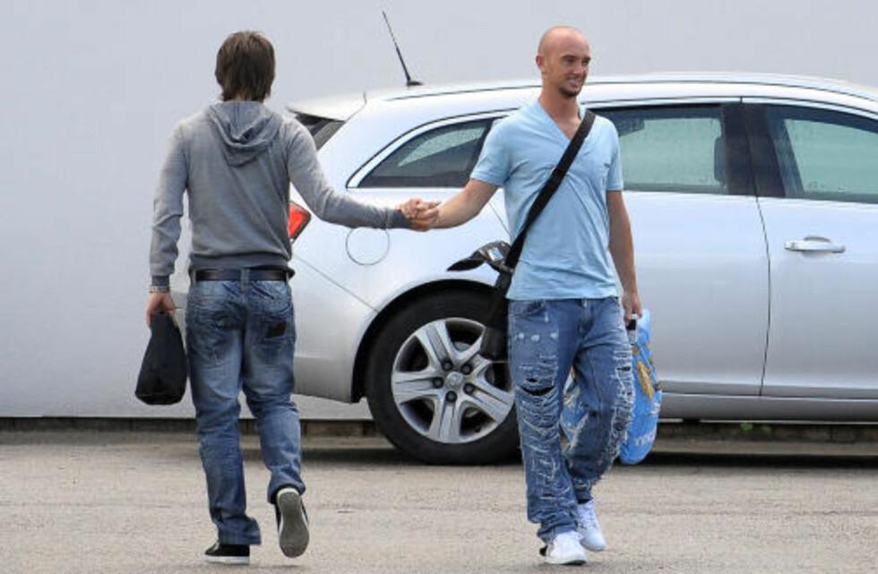 <strong>KLAR FOR VILLA:</strong> Stephen Ireland (t.h.) tok farvel med David Silva og de andre lagkameratene i Manchester City i går. I dag ble han klar for Aston Villa som et ledd i James Milner-avtalen.Foto: SCANPIX
