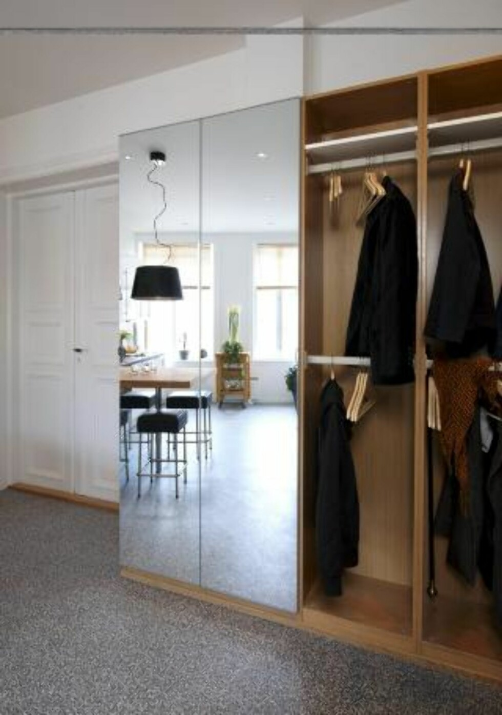<strong>ROMFØLELSE:</strong> Speil ble valgt på garderobeskapet for å skape en større romfølelse. Foto: Espen Grønli