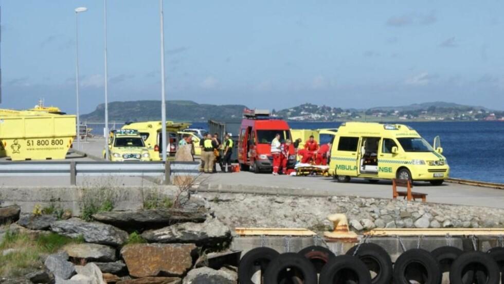 AMBULANSE:  De tre søsknene som ble hentet opp fra 11 meters dyp under livreddende hjelp på vei til Stavanger Universitetssjukehus.